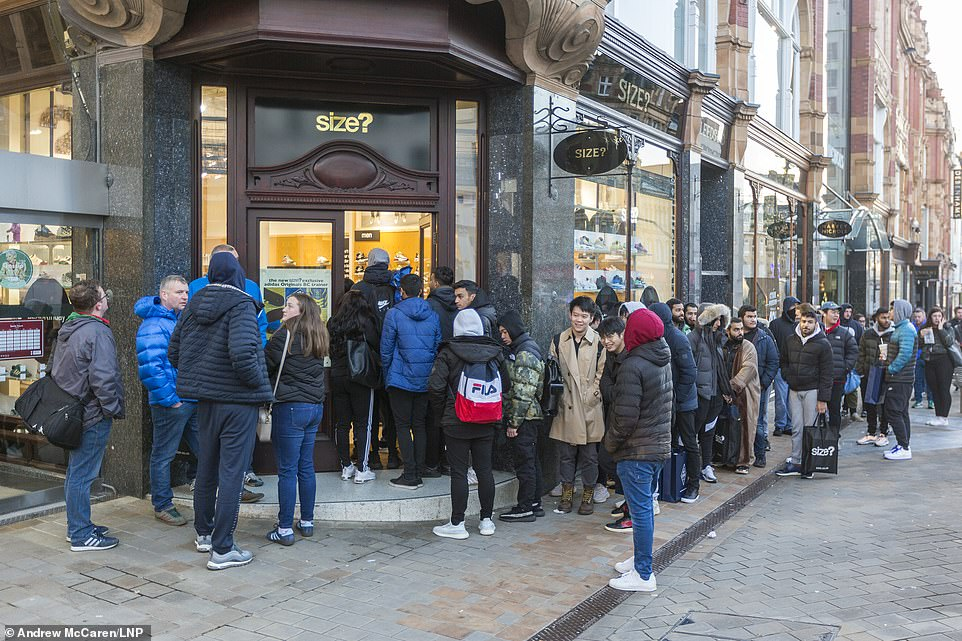 Black Friday Sale Bargain Hunters Queue From 3 45 Am As Prices Drop As Low As 80 During Black Friday